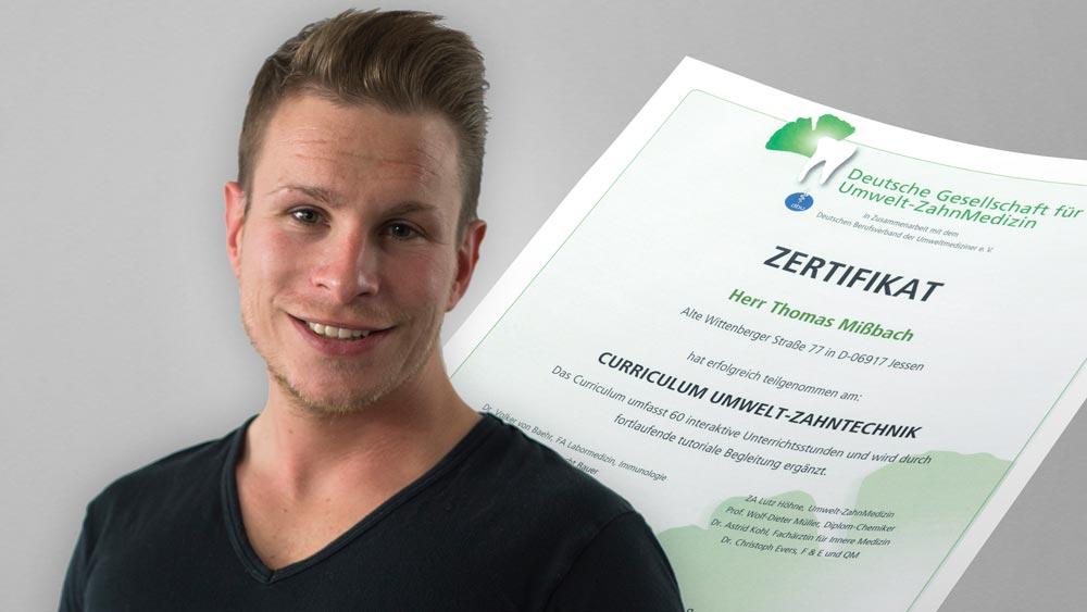 Thomas Mißbach, Zahntechnikermeister bei Rißmann Zahntechnik, mit seinem Zertifikat für Umweltmedizin-Zahntechnik