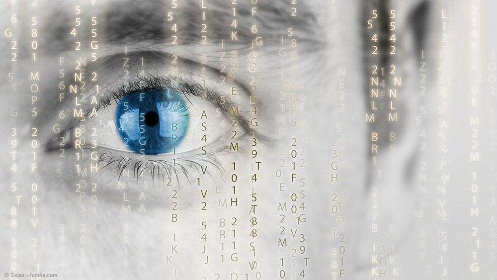 Ein Auge hinter vielen kleinen Buchstaben symbolisiert die neue Datenschutz-Regelung für Zahnarztpraxen.