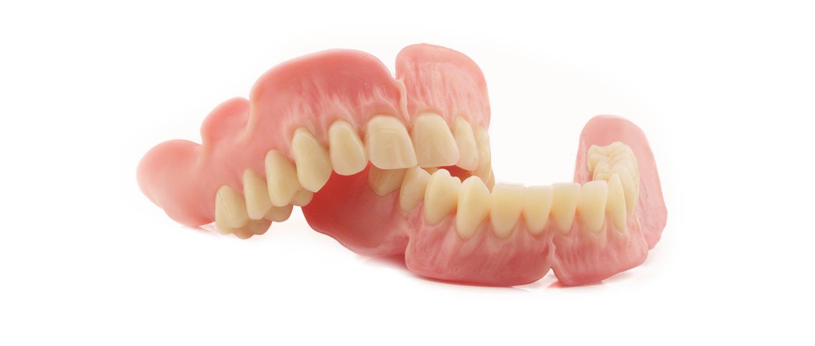 Anspruchsvolle Totalprothetik und Vollprothetik: Eine Totalprothese wie diese von Rißmann Zahntechnik ersetzt alle Zähne im zahnlosen Kiefer.